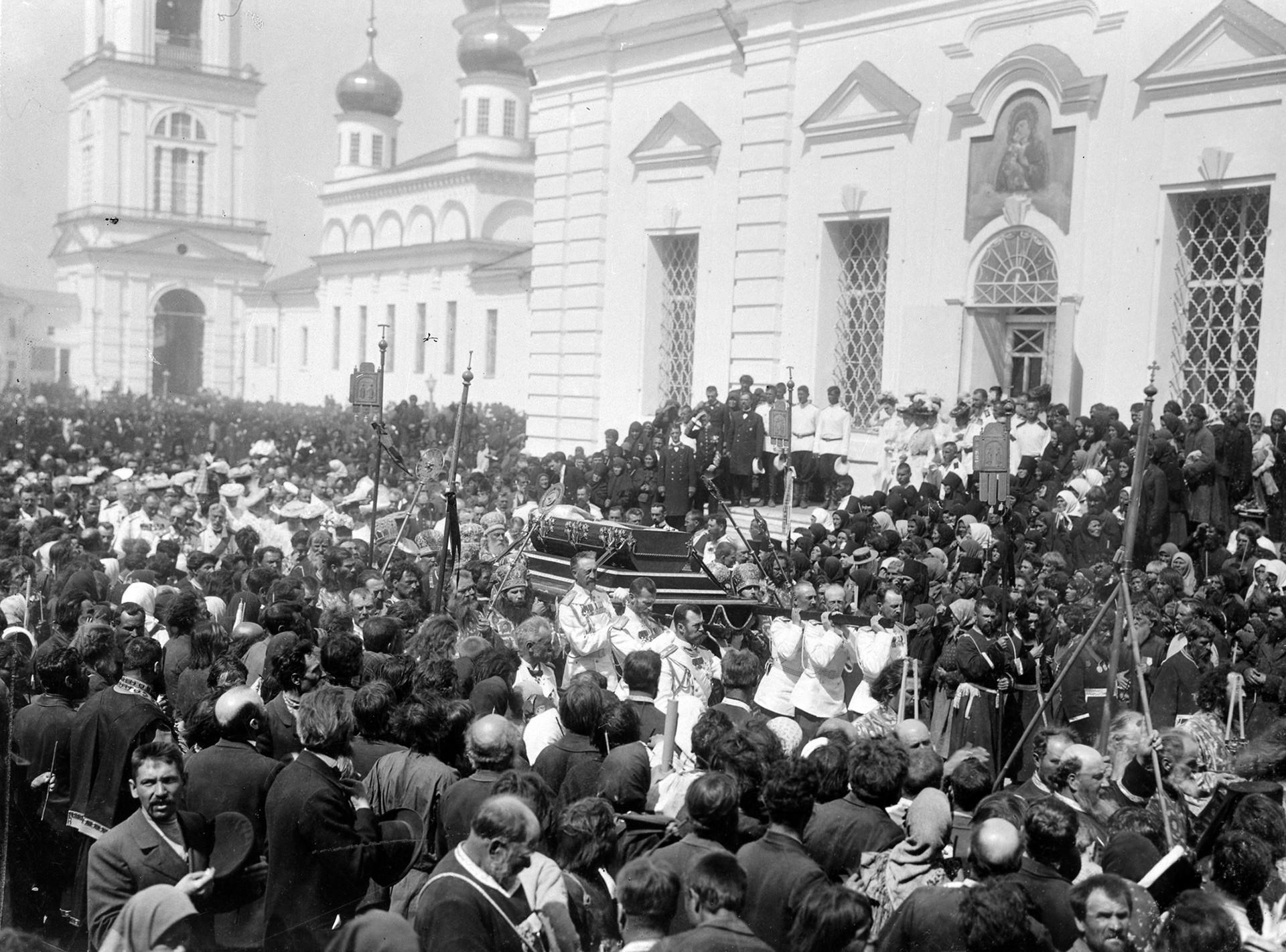 El zar Nicolás II y los grandes duques llevan un ataúd con las reliquias sagradas de Serafín de Sarov, 17-20 de julio de 1903.