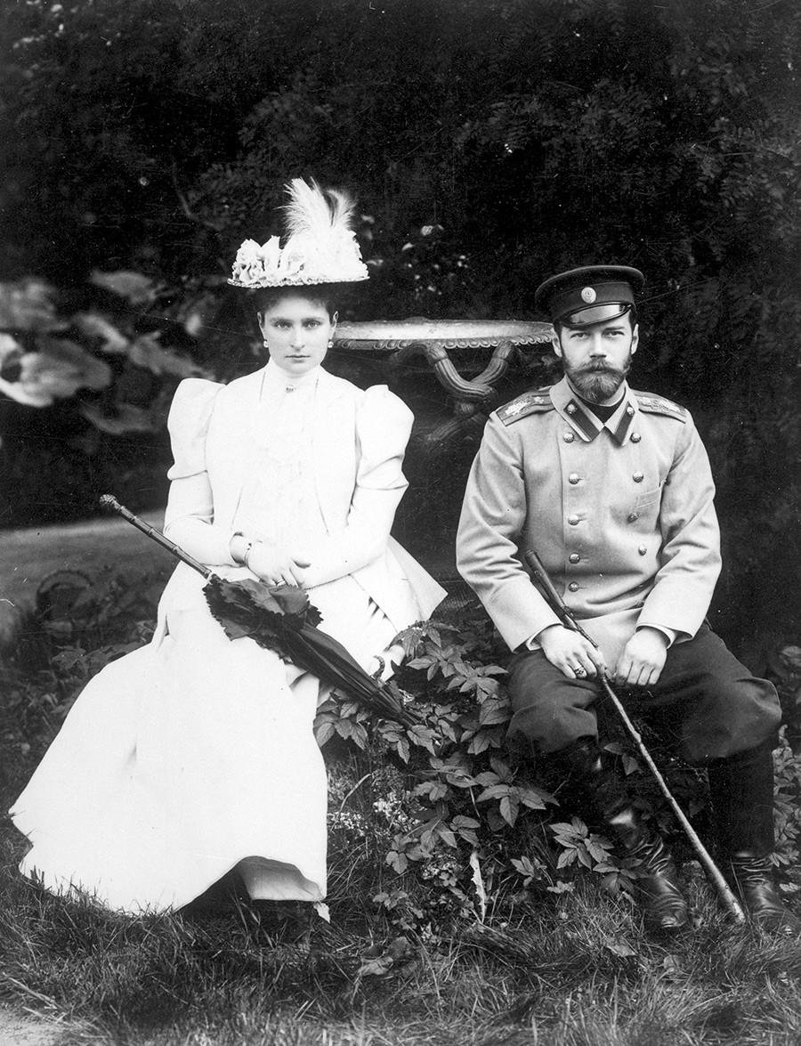 El príncipe heredero Nicolás Alexándrovich con su prometida, la princesa Alicia de Hesse-Darmstadt Coburg, 20 de abril de 1894.