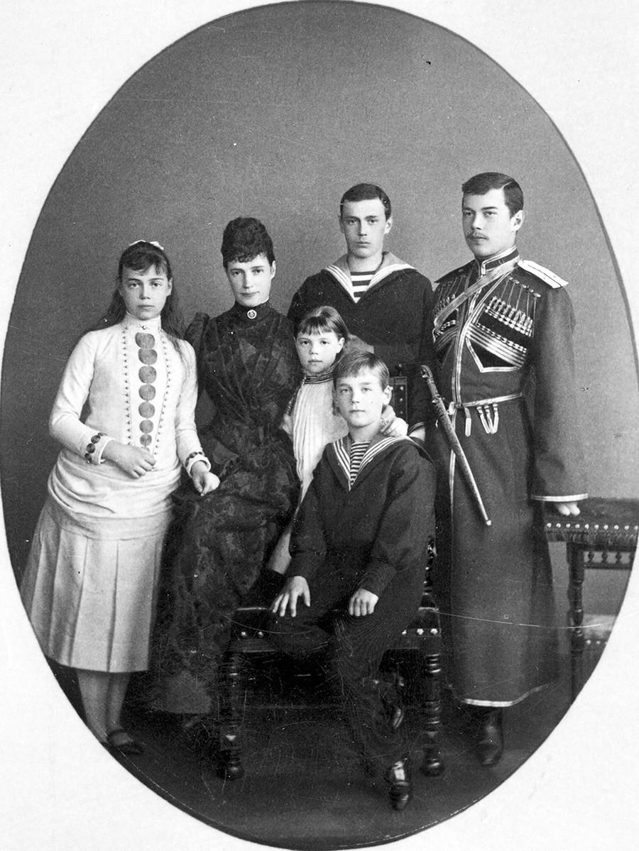 La emperatriz María Fiódorovna con niños. San Petersburgo, a principios de 1890.