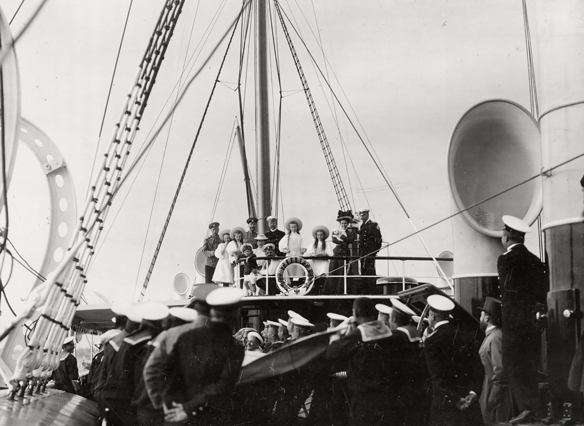 La familia imperial y su círculo cercano en la cubierta del puente del yate Standart. Observan las regatas de vela. Escollos finlandeses, 1907.