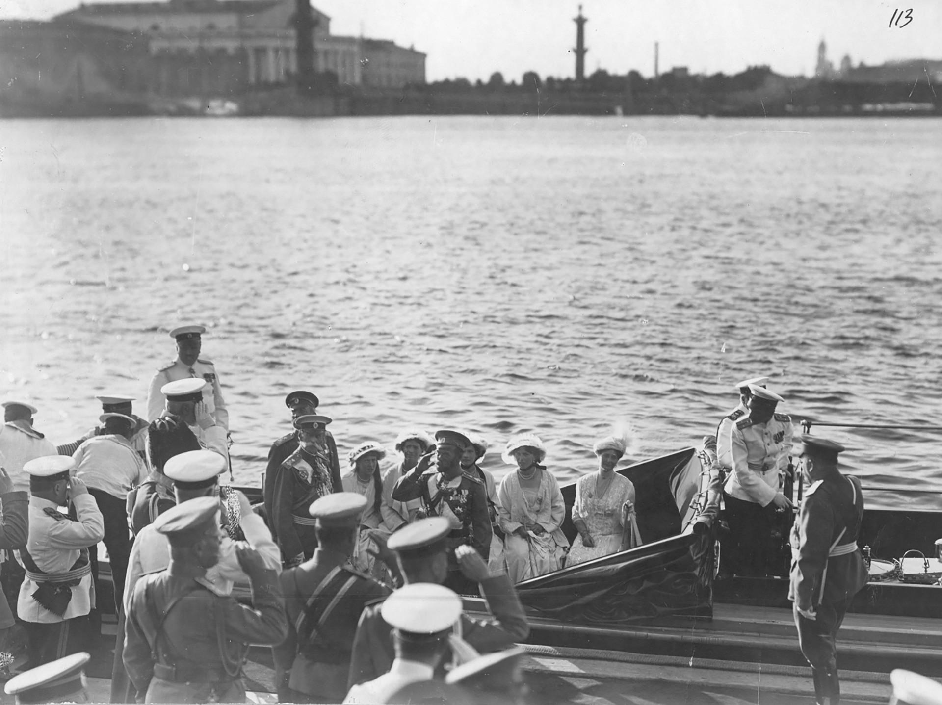 El cúter imperial Peterhof con Nicolás II y su familia a bordo en el embarcadero del palacio. Nicolás recibe un informe del ministro Naval I.K. Grigoróvich, 1914.