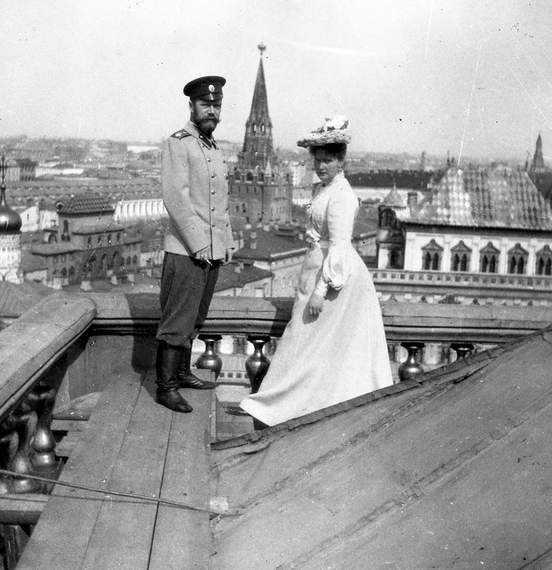 Nicolás II y Alexandra Fiódorovna en el tejado del Gran Palacio del Kremlin. Moscú, 1903.