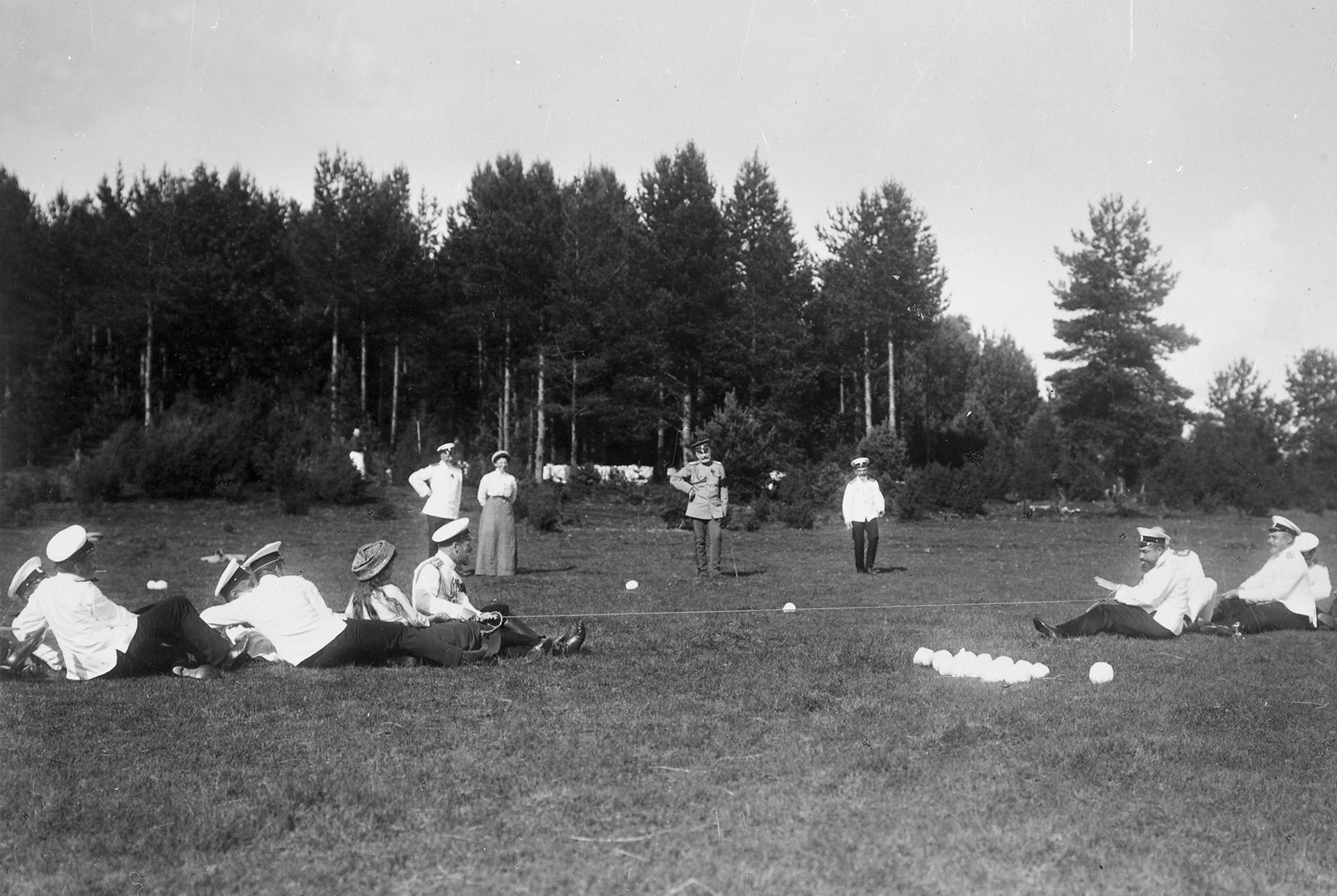 Jugando a tirar la cuerda. Escollos finlandeses, 1911.