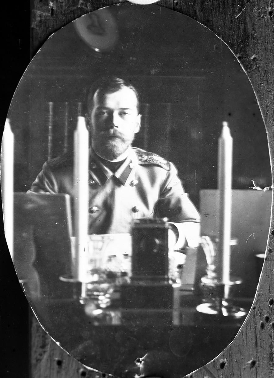 Nicolás II en su estudio, 1900.