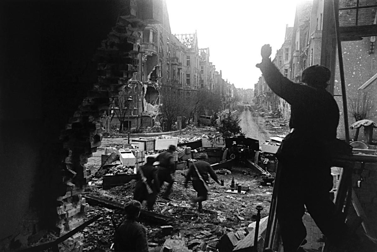 Exército Vermelho luta nas ruas de Berlim durante a Queda da Alemanha, em 1945.