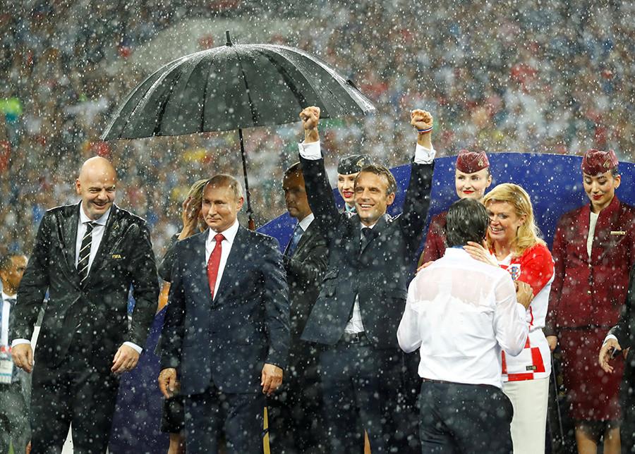 Emmanuel Macron sob a chuva no estádio em 15 de junho, quando a França ganhou a Copa do Mundo.