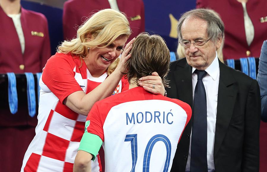 Kolinda Grabar-Kitarović e Luka Modrić, capitão da seleção da Croácia.