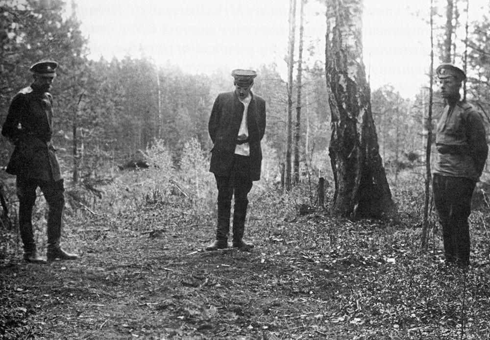 Ganina jama, preiskovalec Nikolaj Sokolov na prizorišču zločina