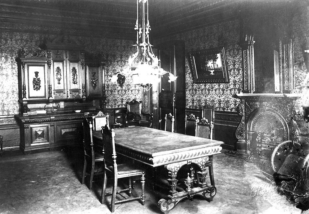Jedilnica Ipatjeve hiše, kjer je carjeva družina bivala, preden so jih premestili v kletne prostore.