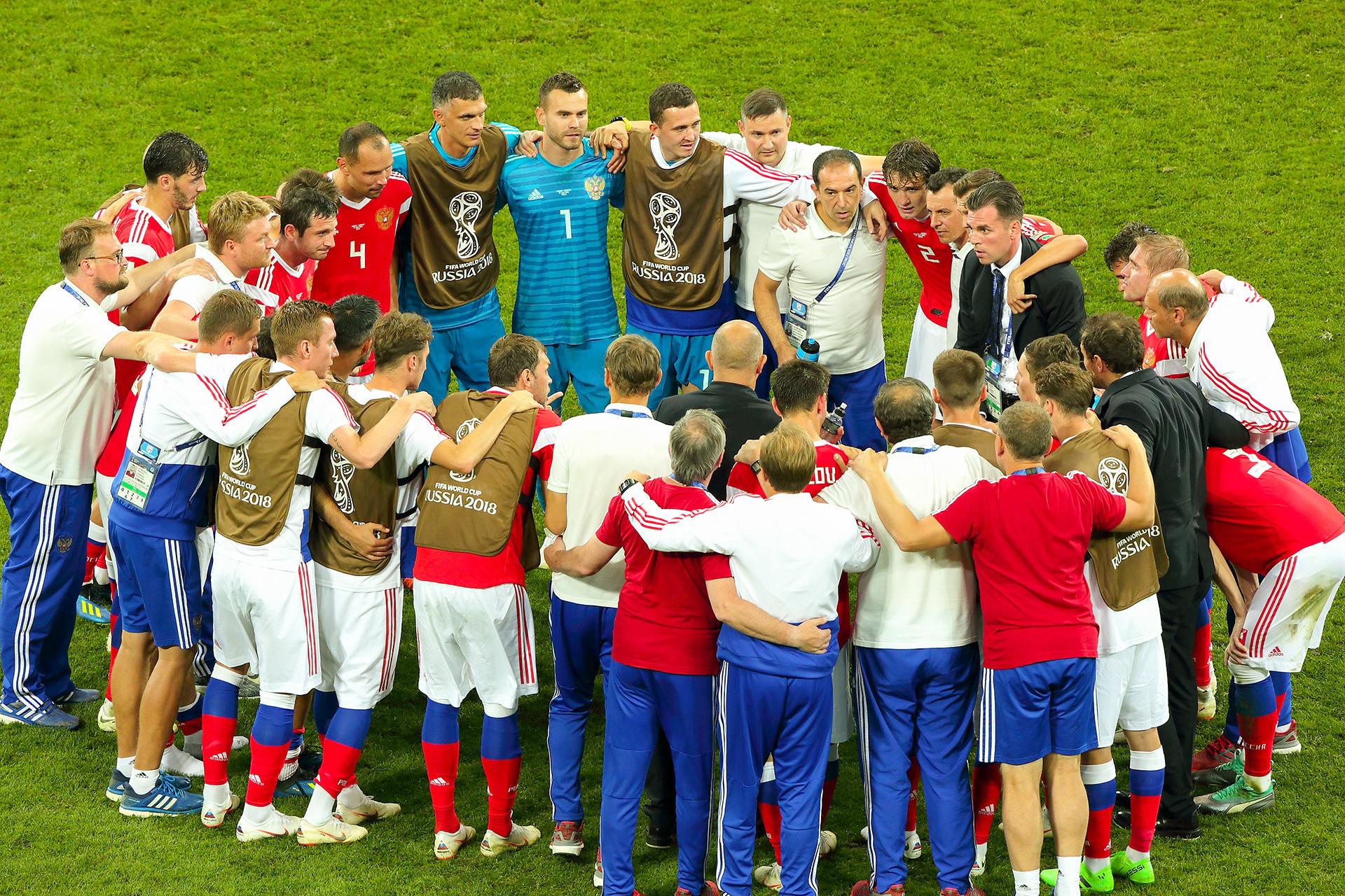 Tim Rusia sebelum seri penalti dengan Kroasia. Mereka kalah tetapi tetap menjadi pahlawan bagi semua penggemar sepak bola Rusia.