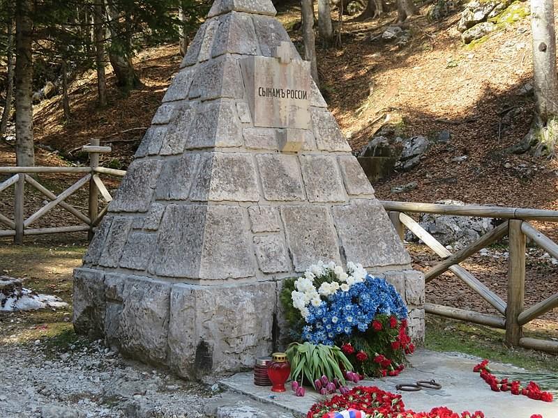 Kostnica v obliki piramide z napisom