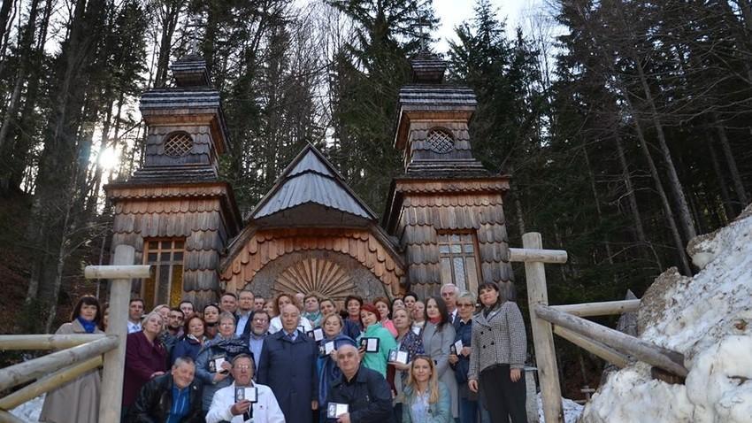 Ruski izseljenci in veleposlanik Rusije v Sloveniji Doku Zavgajev pred Rusko kapelico, 2018