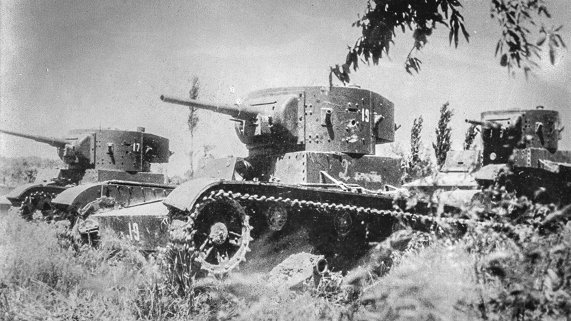 Tri laka tenka T-26 napravljena u Sovjetskom Savezu putuju kroz polje tijekom bitke u Španjolskoj tijekom Španjolskog građanskog rata.