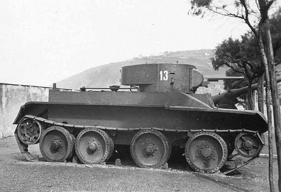 Un char soviétique BT-5 sur le sol espagnol