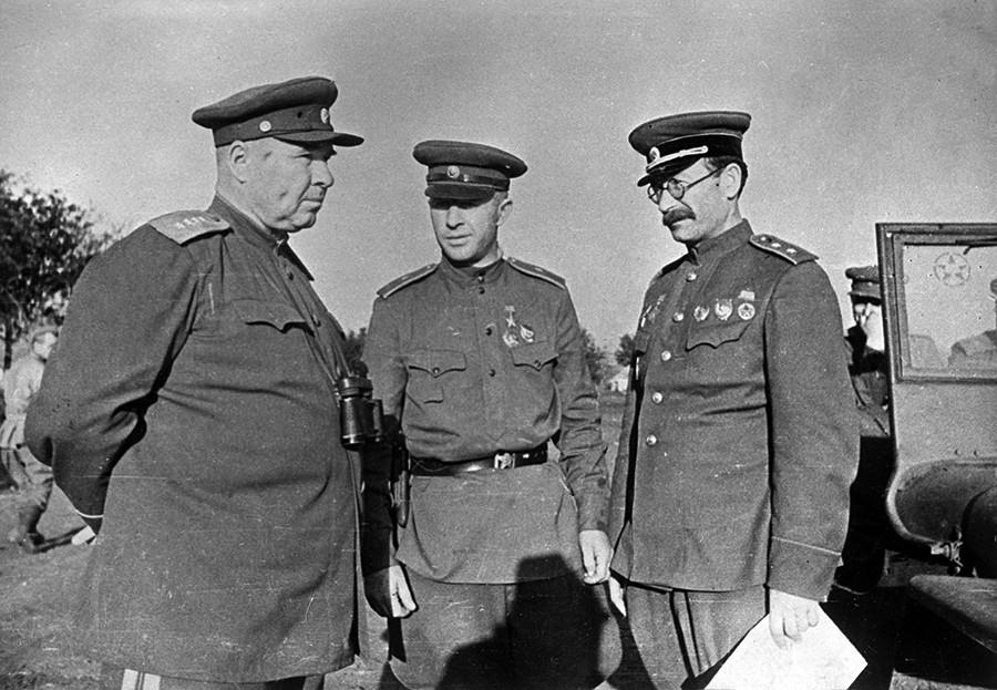 General do Exército Iossif Apanasenko, major-general Aleksandr Rodimtsev, tenente-general Pável Rotmistrov, em julho de 1943