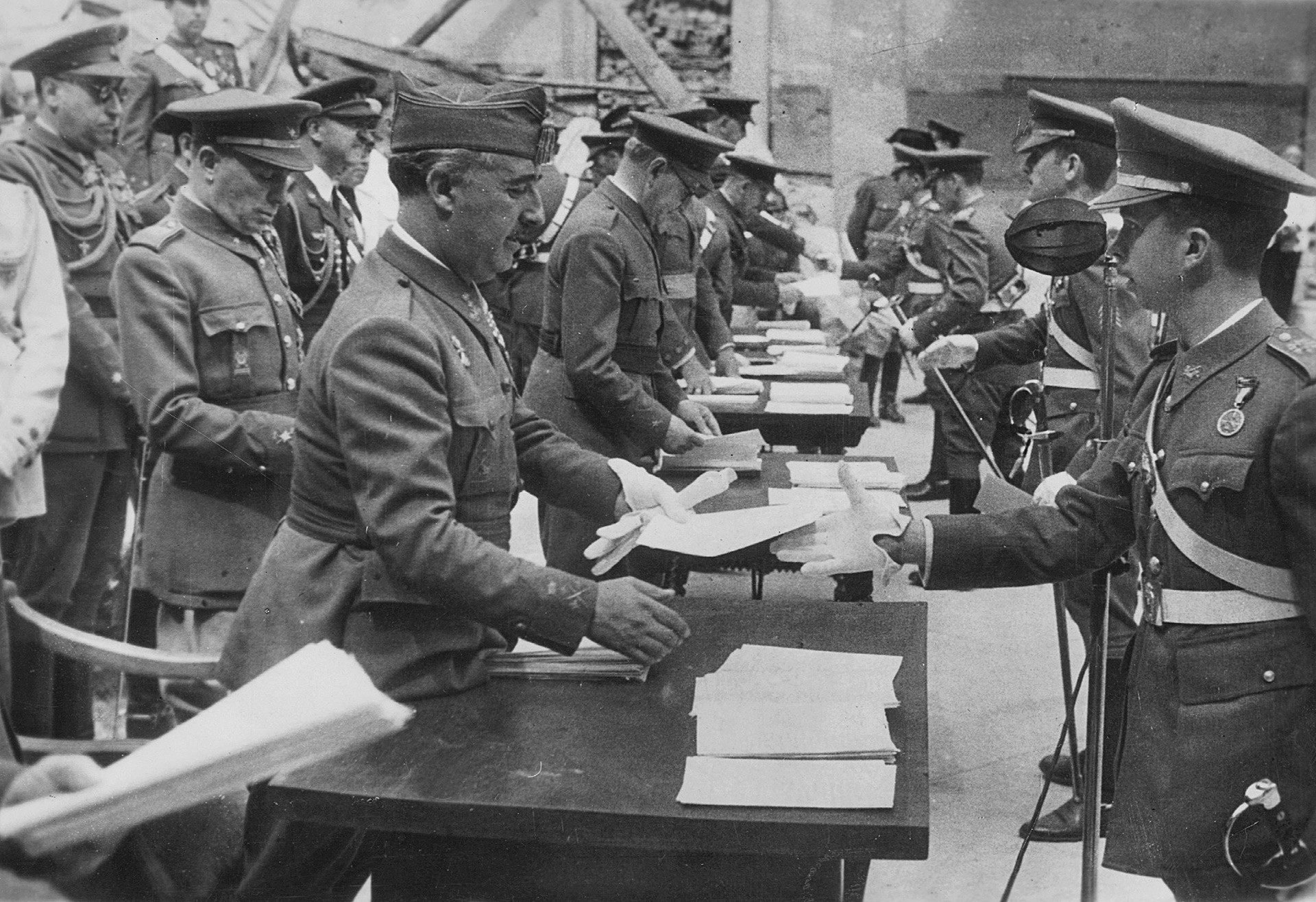 Francisco Franco podeljuje priznanja svojim oficirjem.