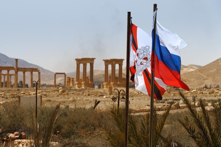 Знаме на Инженерските единици на Вооружените сили на РФ (лево) во ослободена Палмира, април 2016 година