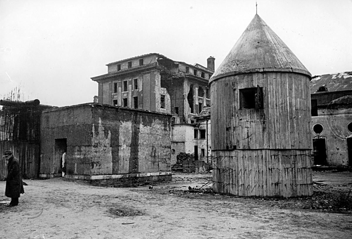 Desde enero de 1945 hasta su muerte en abril, Hitler vivió en el Führerbunker, un refugio bajo la Cancillería del Reich en el centro de Berlín.