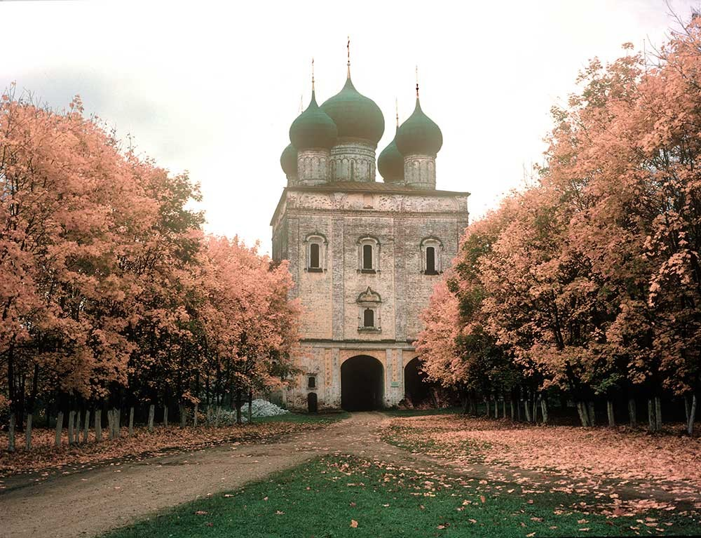 Borisoglebsky. Monastery of Sts. Boris&Gleb, Church of St. Sergius over South Gate. North view. October 4, 1992.