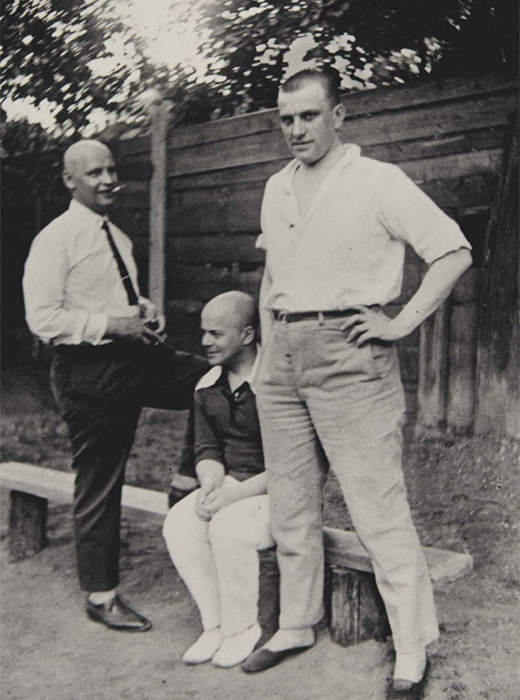 (Od leve proti desni): Aleksander Rodčenko, Viktor Šklovski in Vladimir Majakovski, 1926