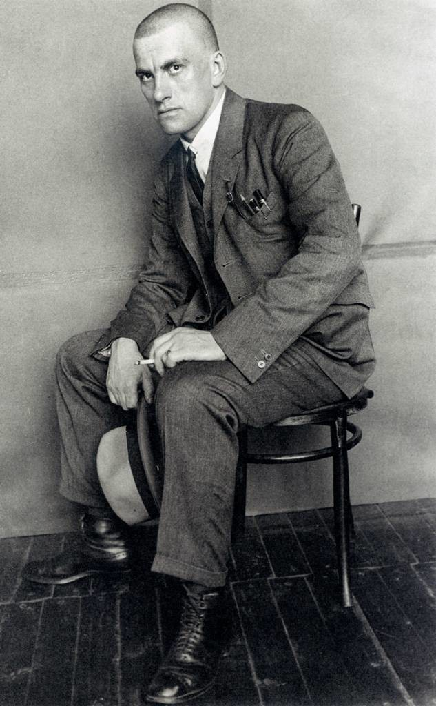 Majakovski s cigareto, 1924