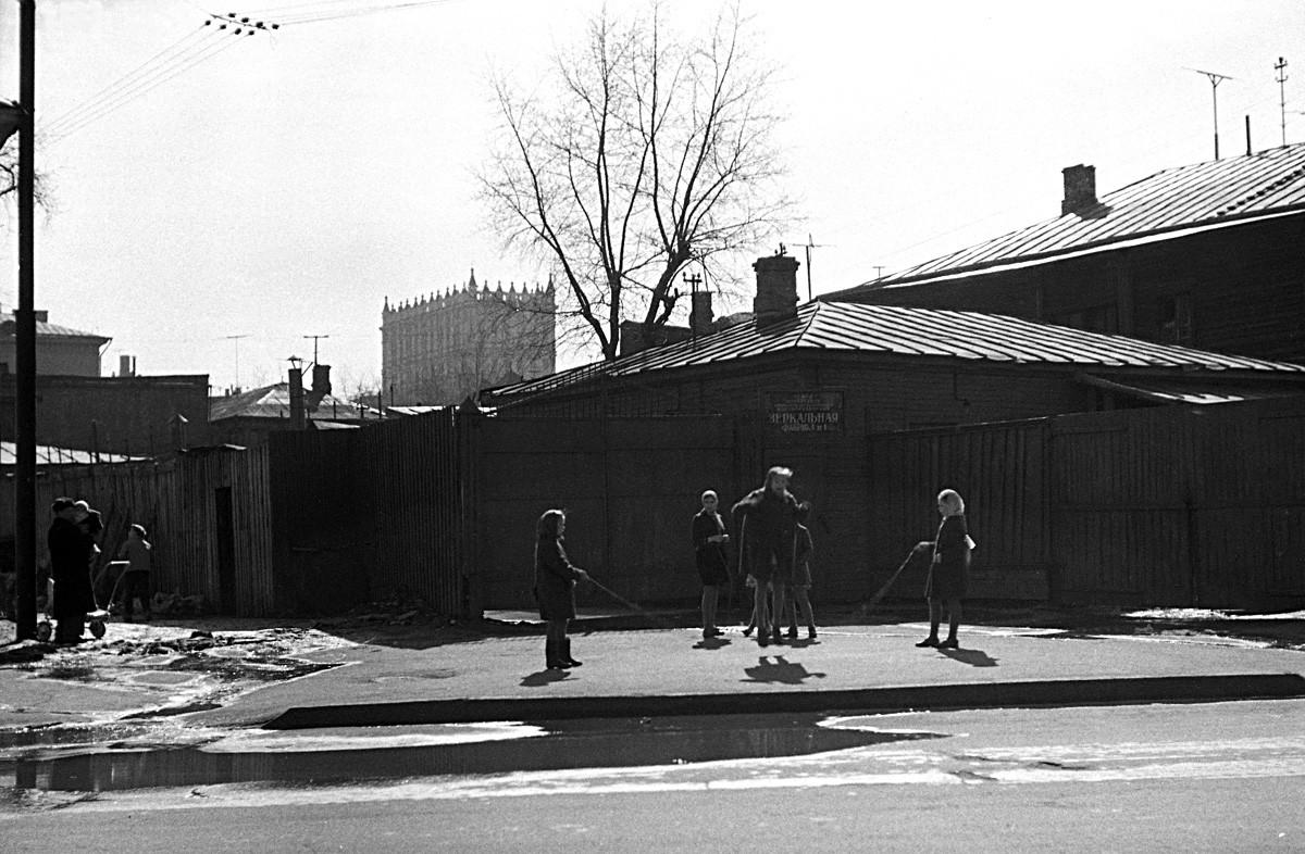 La comba, calle Staroalexéievskaia, años 50.