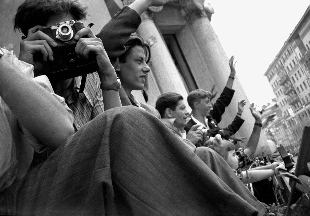 Entusiastas de la fotografía en un balcón, 1957.