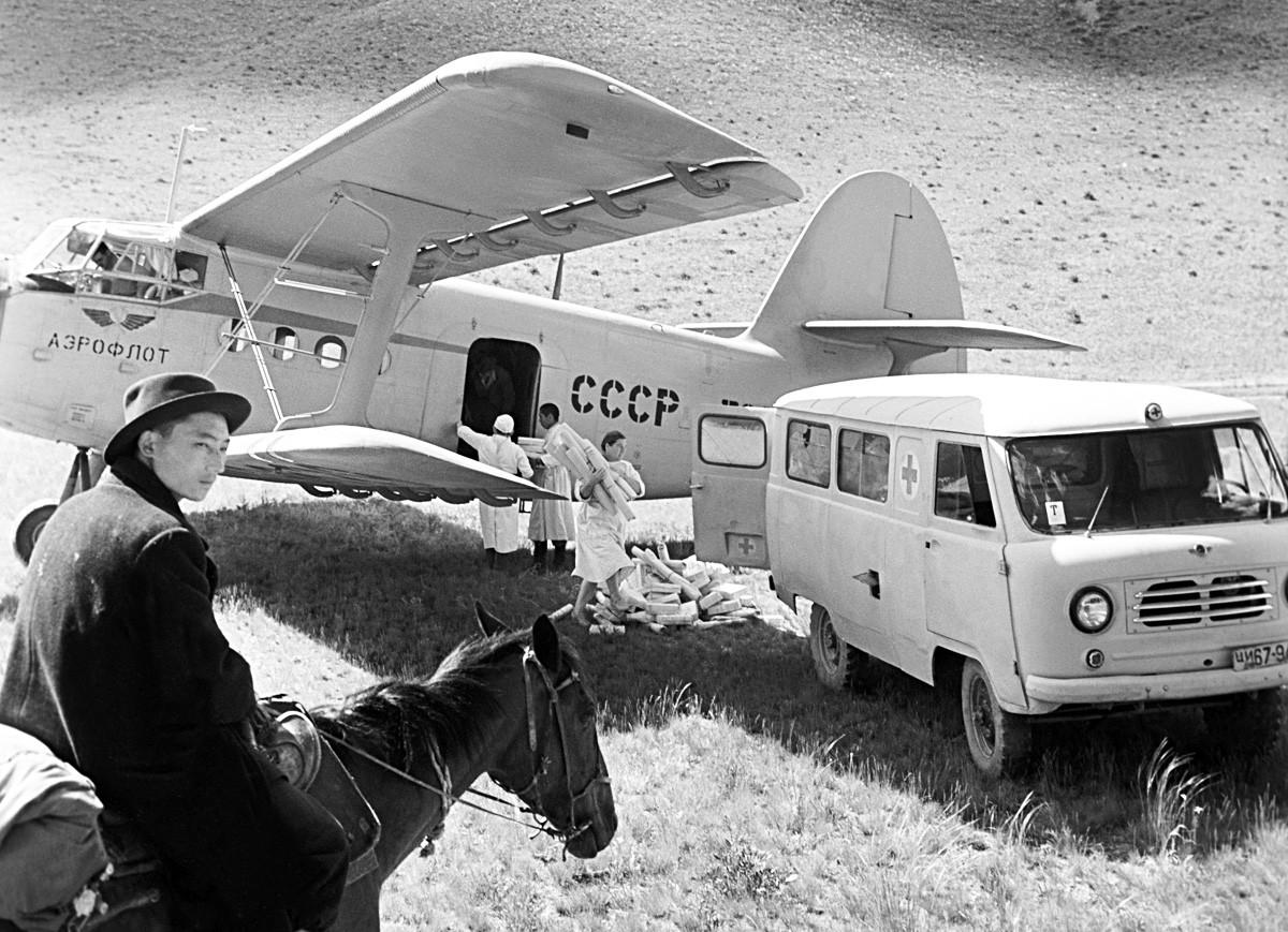 ソ連。An-2患者輸送機が薬品を山にある牧草地に郵送している