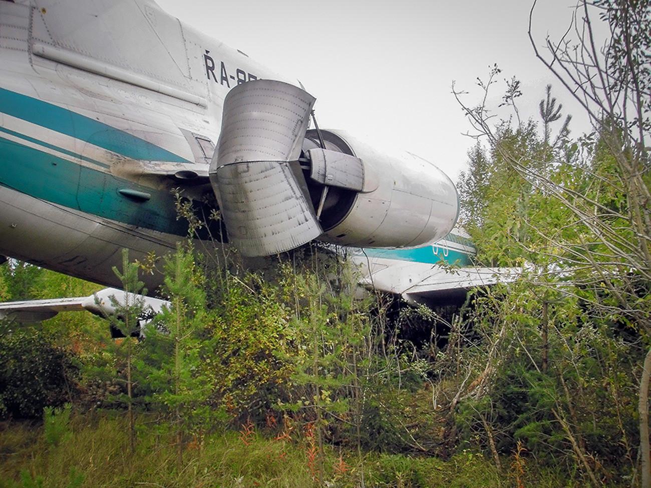 Pesawat meluncur 164 meter membajak tanah.