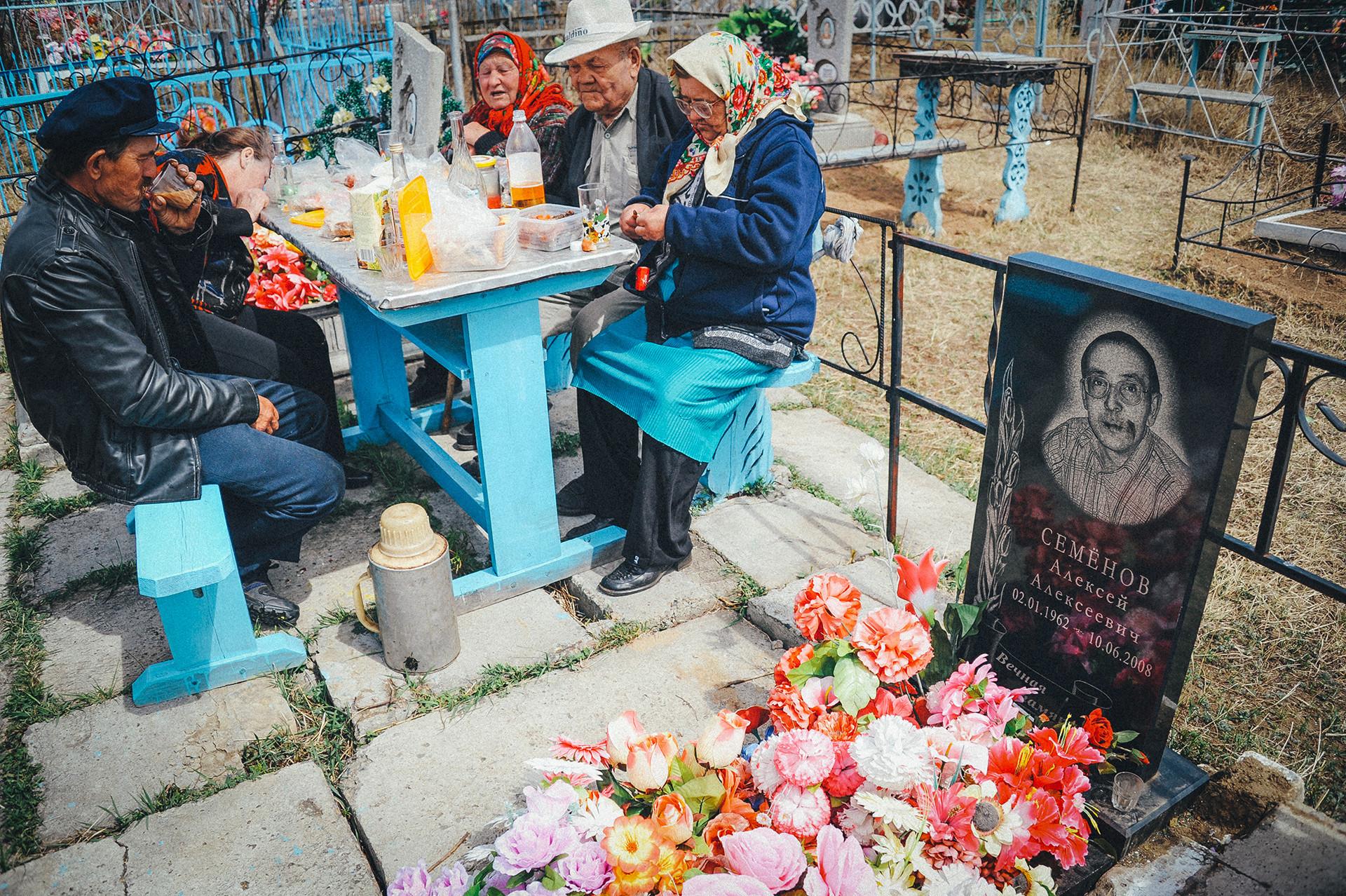 親戚のお墓で記念の食事をしている ロシア人たち