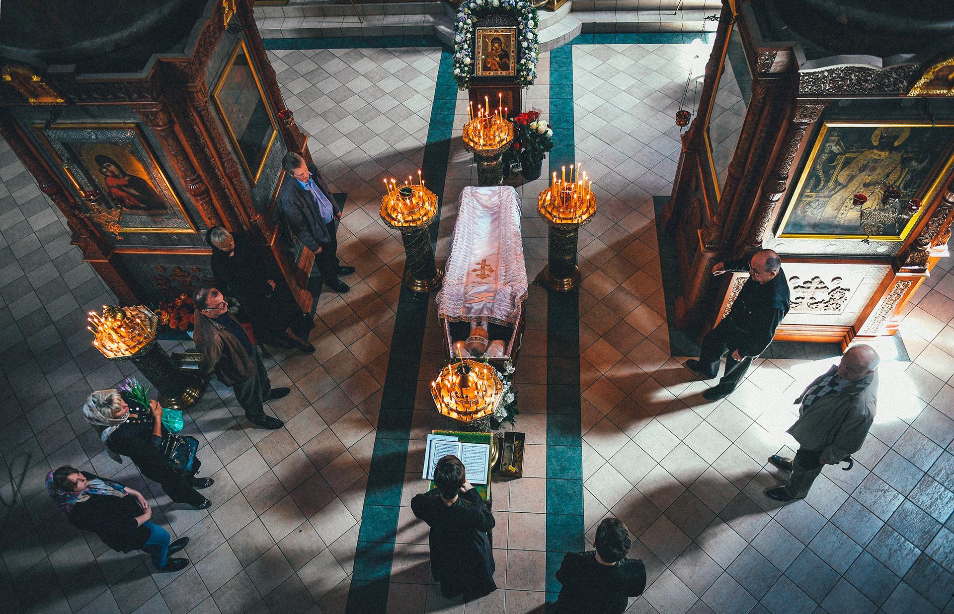 ロシアの教会で行われる葬式