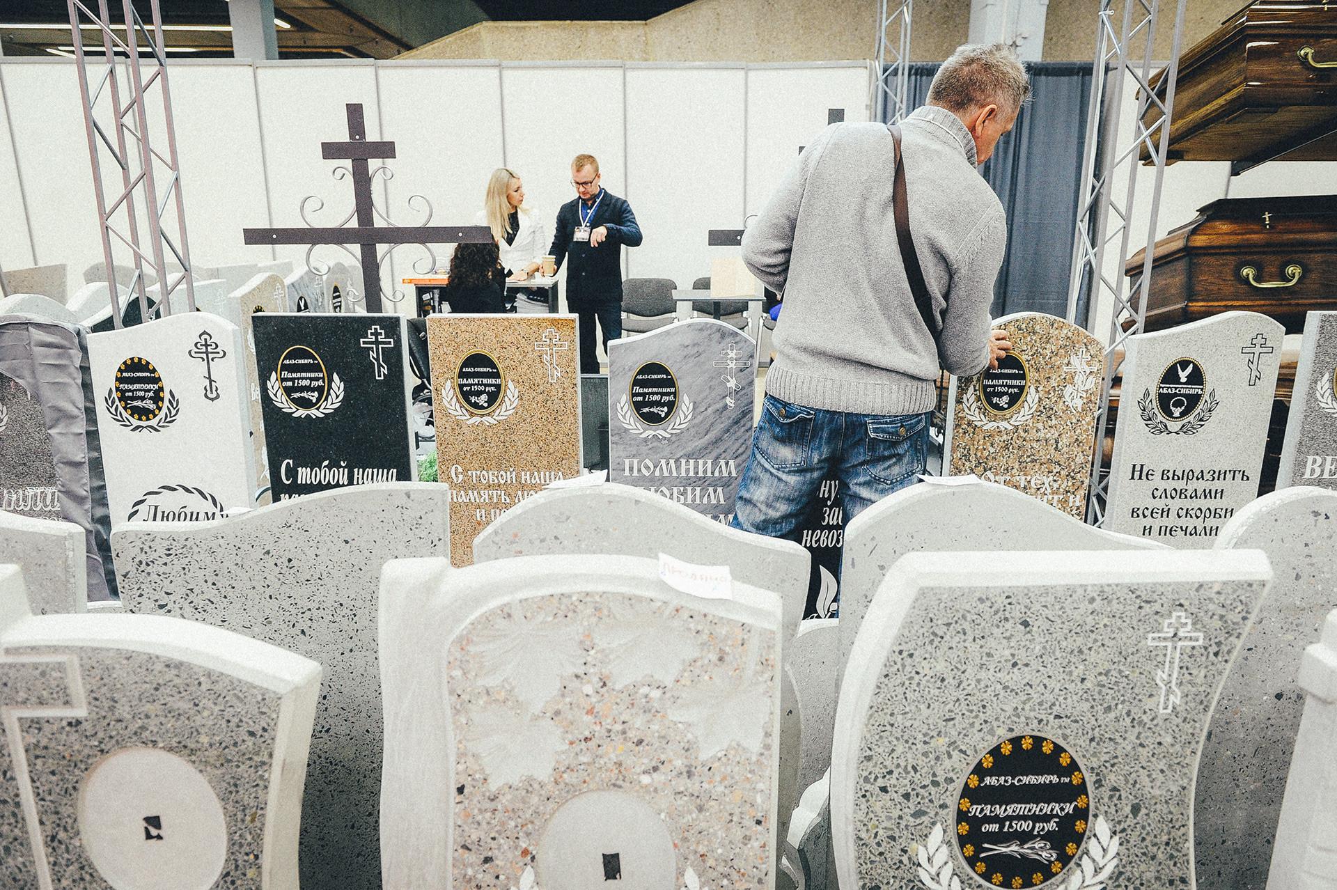 墓石店で展示されている石碑
