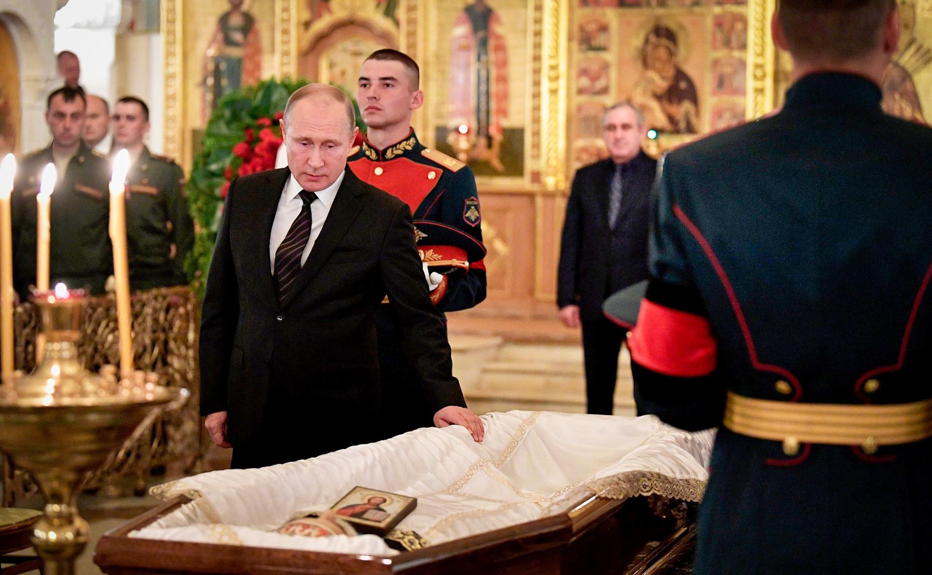 ロシアの映画監督、スタニスラフ・ゴヴォルヒンの葬式でのプーチン大統領