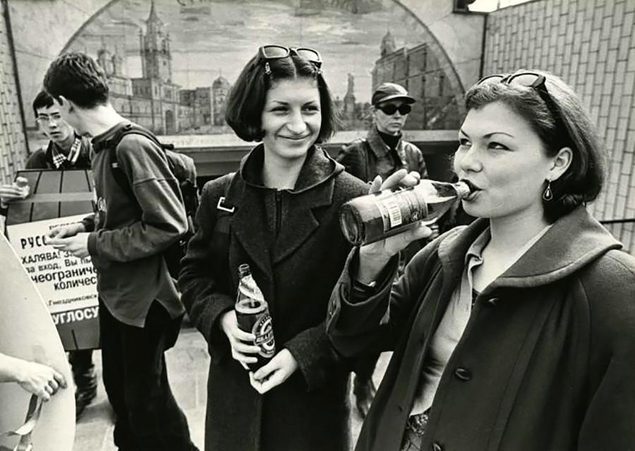 Wanita minum bir di awal 1990-an.