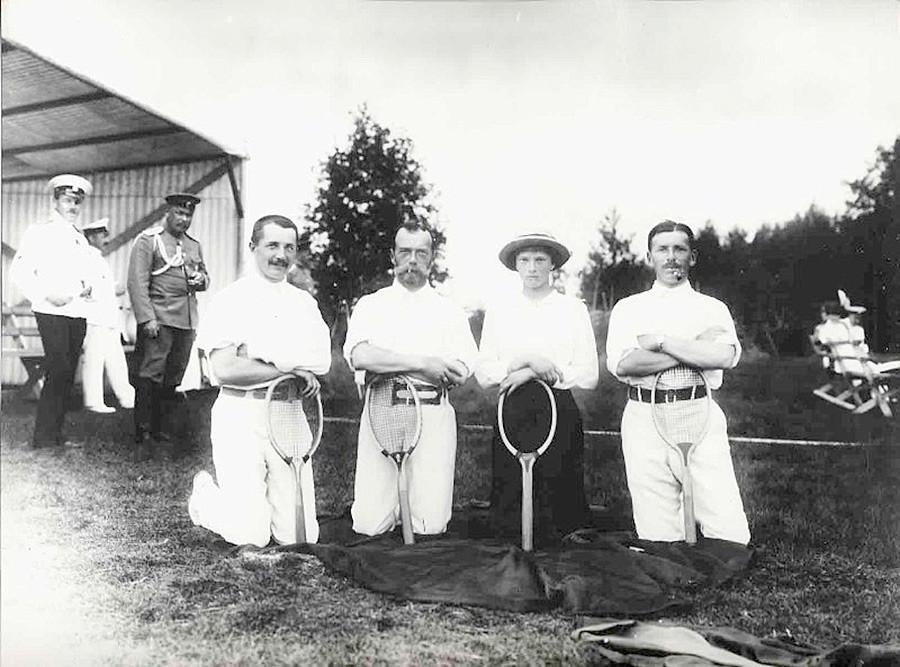 Nicolau 2º, sua filha, a grã-princesa Tatiana, e amigos, depois de um jogo de tênis