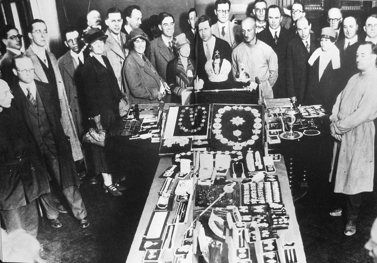 Membros de um comitê de investigação inspecionando as joias da coroa da dinastia Romanov, em Moscou, 1926