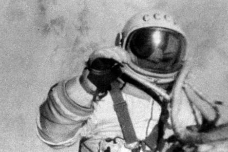 El primer paseo espacial fue llevado a cabo por el cosmonauta Alexéi Leónov.
