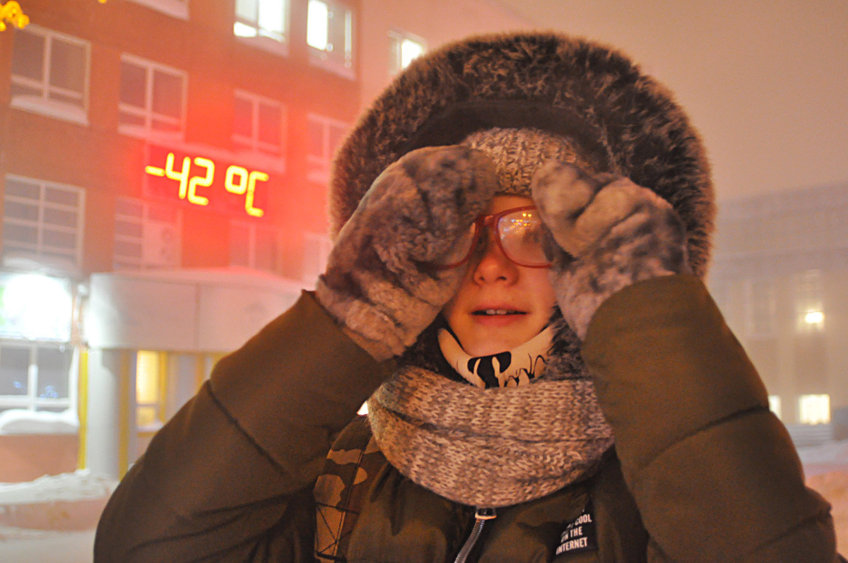 2018年1月18日。-42℃の時に通りで見かけられた女性。気温はー50℃まで下がると予測され、暴風警報が流された。正教の公現祭の一部であるアイス・スイミングが中止された。