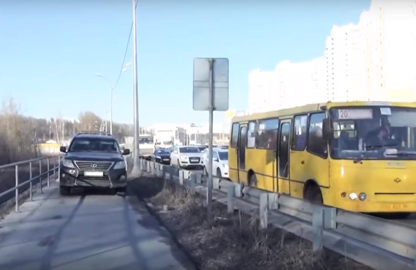 Nekateri vozniki se včasih odločijo, da se bodo prometni konici na vpadnicah izognili kar po pločniku za pešce.