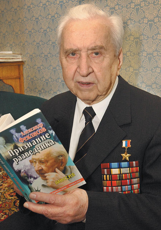 Alexander Feklisov, beberapa dekade setelah solusi krisis misil Kuba, dengan buku memoar di tangannya.