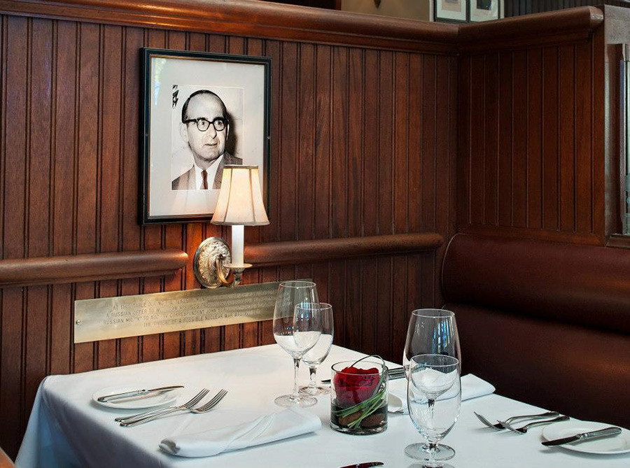 Potret John Scali di restoran Occidental, Washington DC.
