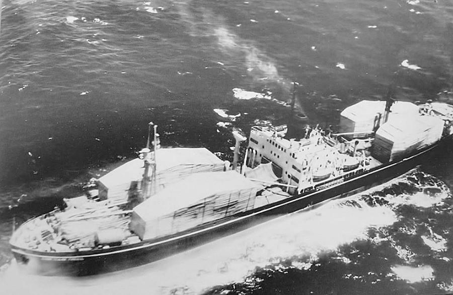 Kapal Soviet tertutup yang mengangkut hulu ledak ke Kuba.
