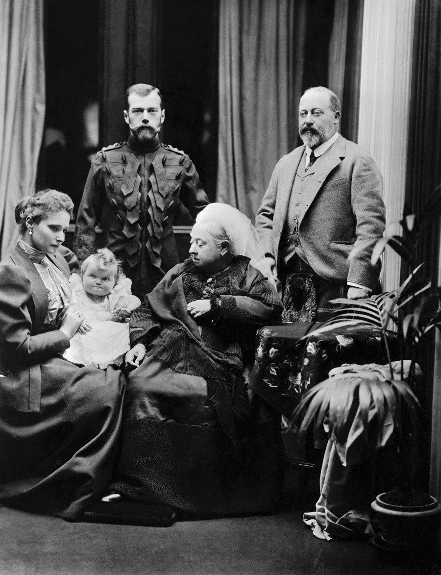 Nicolas II et Alexandra Fiodorovna en visite auprès de la reine du Royaume-Uni et d'Irlande, Victoria (la grand-mère d'Alexandra). De gauche à droite : Alexandra Fiodorovna, la grande-duchesse Olga encore enfant, Nicolas II, la reine Victoria, Albert Edward, prince de Galles