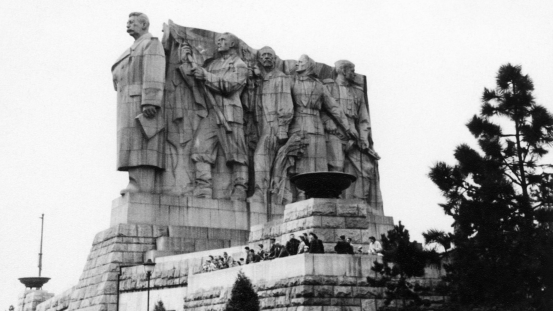 Sebuah monumen untuk Josef Stalin di Praha, Cekoslovakia, 1956.