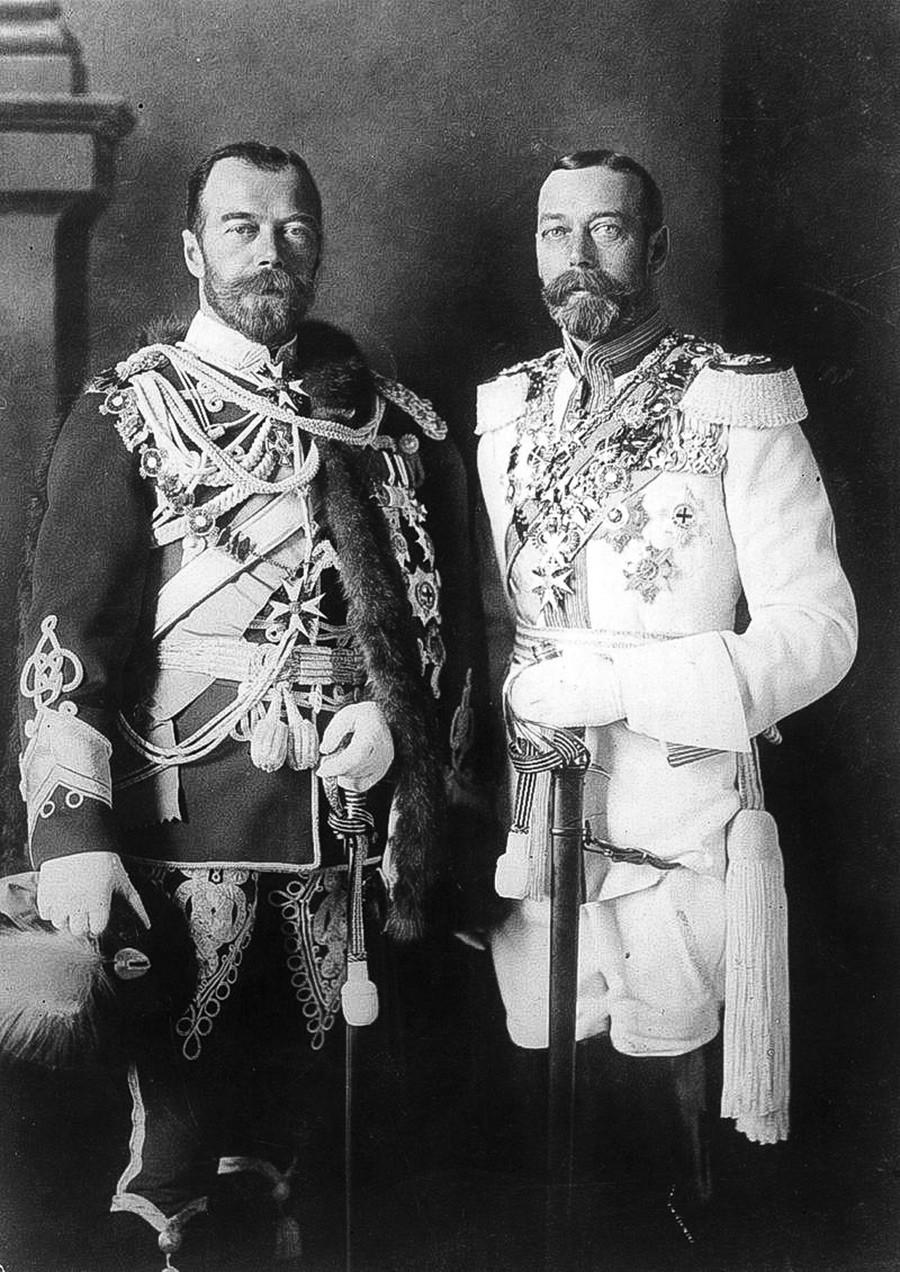 Nikolai II. (l.) und sein Cousin George V., König von Großbritannien, in Berlin, 1913