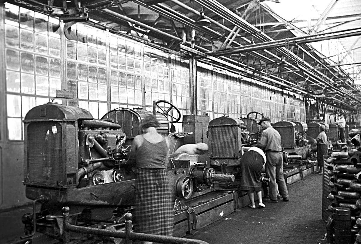 Oficina de montagem na Fábrica de Tratores de Stalingrado (a partir de 1961, Fábrica de Tratores de Volgogrado), em 1937