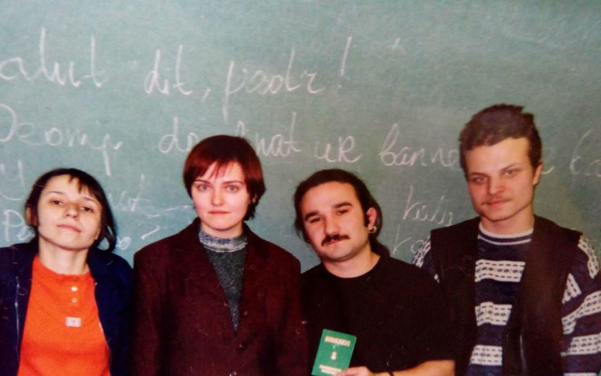 Ioulia (1ère à gauche) et Anna (2ème à gauche) devant le tableau, recouvert d'inscriptions en breton.