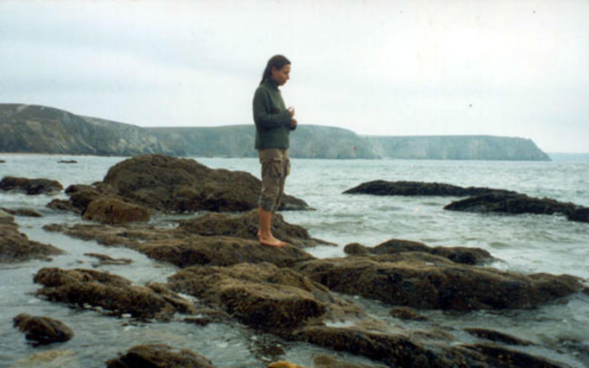 Ioulia s'aventurant sur les rochers de Bretagne lors de son périple de 2005.