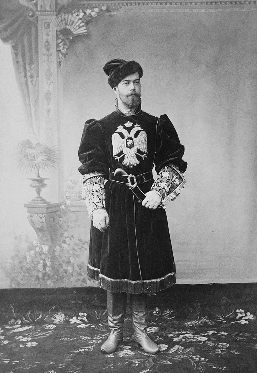 伝統的な鷹匠の衣装を着たニコライ2世