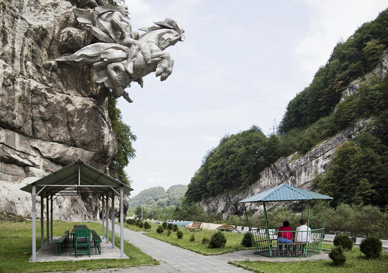 Uastrydzhi tallado en un acantilado.